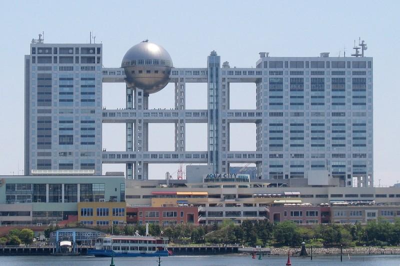 Fuji_TV_headquarters_and_Aqua_City_Odaiba_-_2006-05-03-2009-25-01