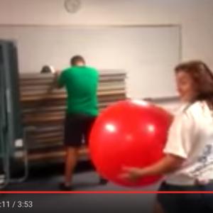 """【動画】バランスボールの魔力が数多くの""""悶絶""""を生み出している件"""