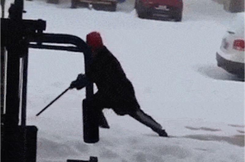【爆笑】雪かきで9秒も足を滑らせ続けた結果www