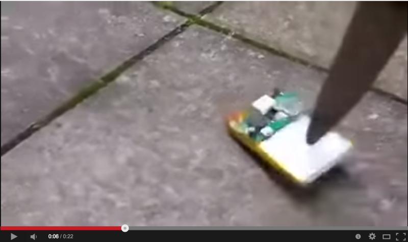 【危険】スマートフォンのバッテリーにナイフを刺すと爆発・・・