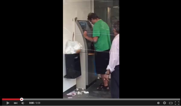 【8秒で爆笑】ビール片手に泥酔状態の男がATMを操作した結果www