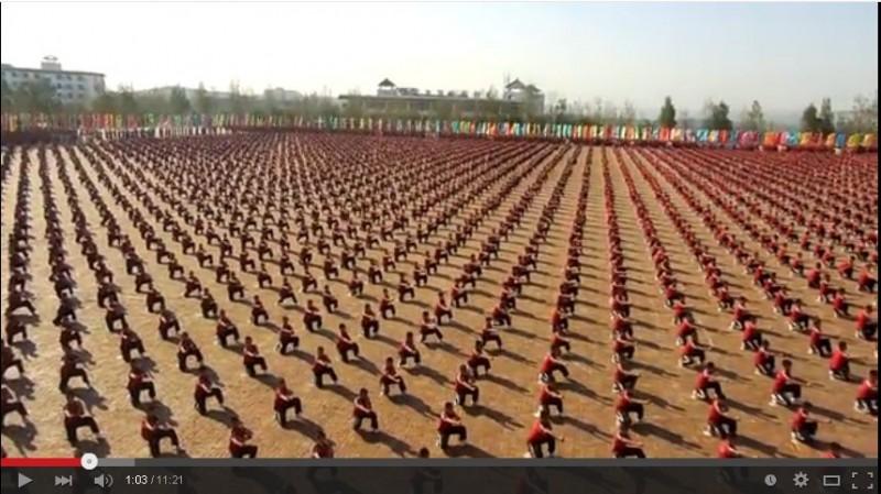 【動画】少林寺武術学校の生徒36000人のパフォーマンスが壮大過ぎるw塔溝武校の生徒数が異常