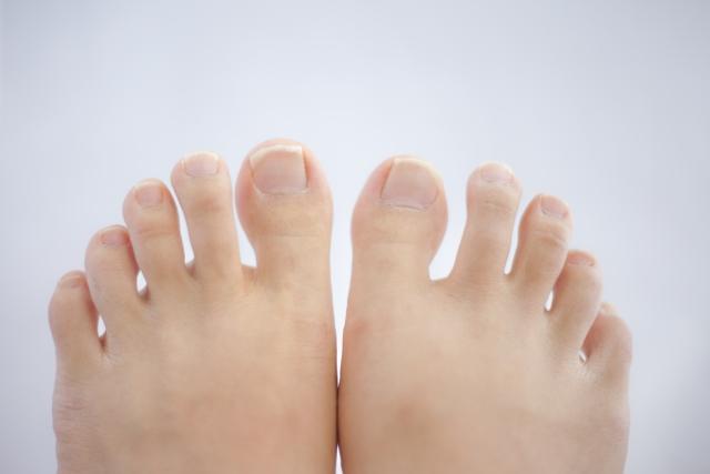 足の爪が内出血した時の対処法とは
